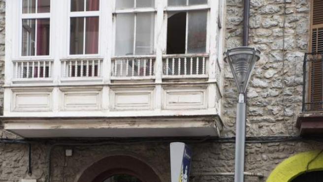 Un ertzaina toma fotografías en la entrada del domicilio del número 14 de la calle Libertad de Vitoria en el que un hombre de 30 años ha arrojado por la ventana a la hija de 17 meses de su pareja, tras una discusión.