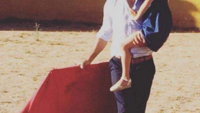 Imagen publicada por el torero Manuel Díaz, el Cordobés en la que sale toreando junto a su hija.
