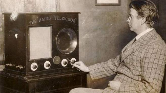El ingeniero y físico escocés John Logie Baird, junto a uno de sus televisores.