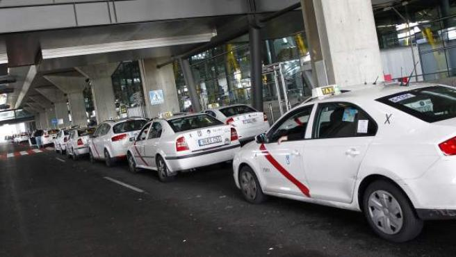 Una fila de taxis en la T-4 del aeropuerto de Barajas de Madrid.