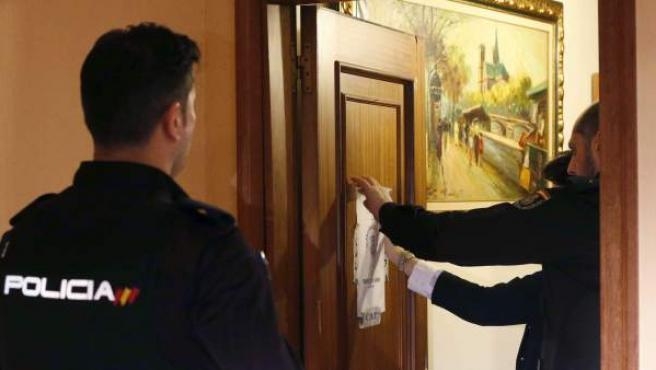 Agentes de Policía precintan una vivienda en la que se ha detenido a un hombre por matar supuestamente a su mujer, de 48 años, cuyo cadáver ha sido encontrado a primera hora de la tarde en el interior de la misma.