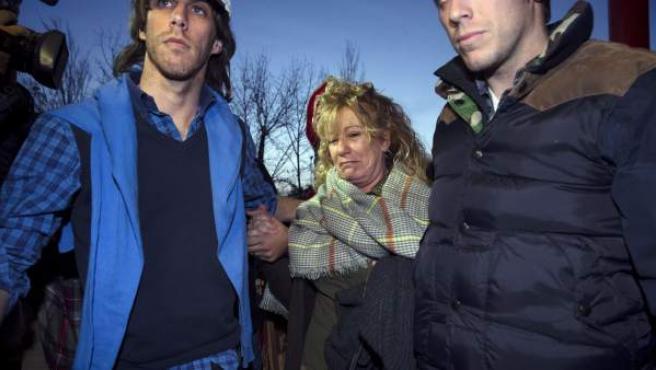 La exalcaldesa de Marbella María Soledad Yagüe acompañada por familiares a su entrada a la cárcel de Alhaurín de la Torre.