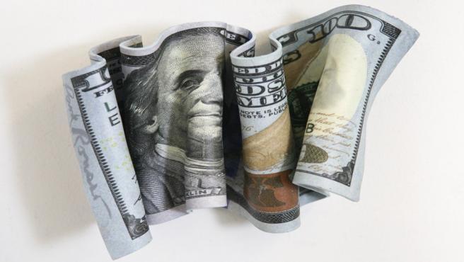 Escultura en tres dimensiones de Paul Rousso de un billete de cien dólares. Mide 22 centímetros de largo, 15 de ancho y tiene un fondo de 5.