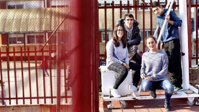 Sara Laima, Jorge Pérez, Antonio Raya y Beatriz López de Quintana, cuatro de los alumnos ayudantes del instituto San Juan Bautista, en su patio.
