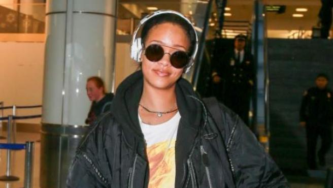 La cantante Rihanna, en el aeropuerto de Los Ángeles.