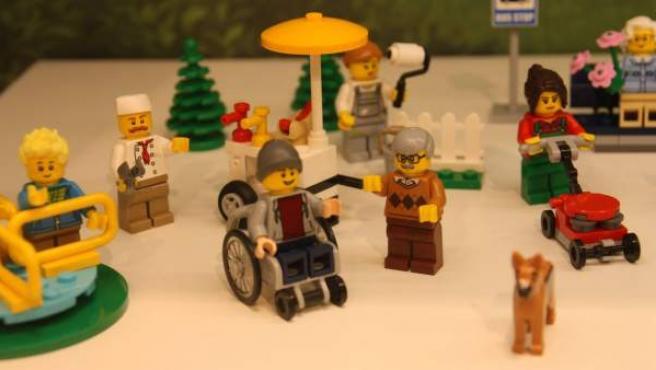 Muñeco de LEGO en una silla de ruedas, primera inclusión de la discapacidad en sus productos.
