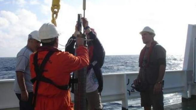 Científicos examinan una boya Argo