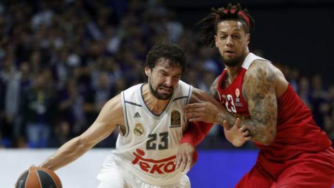 Sergio Llull defendido por Daniel Hackett en el Real Madrid - Olympiacos.