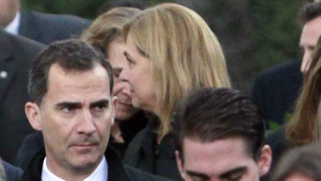El príncipe de Asturias y la Infanta Cristina en uno de los actos de homenaje celebrado en Grecia por el cincuenta aniversario del fallecimiento del rey Pablo I de Grecia, padre de doña Sofía.