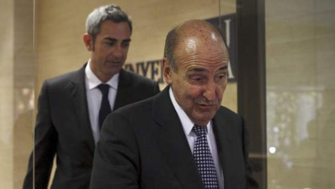 El abogado de la infanta, Miquel Roca, a su salida del despacho.