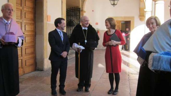 El rector, Vicente Gotor, con el consejero Genaro Alonso y la profesora Planas