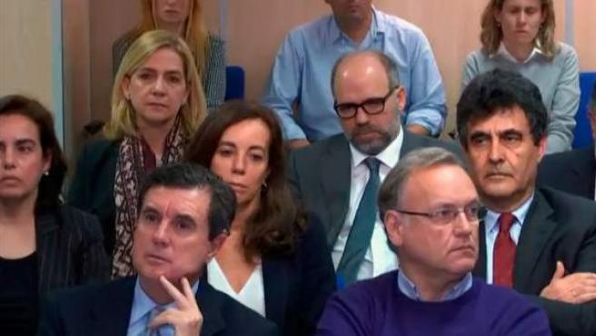 La infanta Cristina y su marido, Iñaki Urdangarín, se encuentran sentandos, con semblante serio, en el banquillo de los acusados del caso Noós.