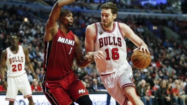 Pau Gasol (d) de Bulls ante Chris Bosh (i) de Heat.