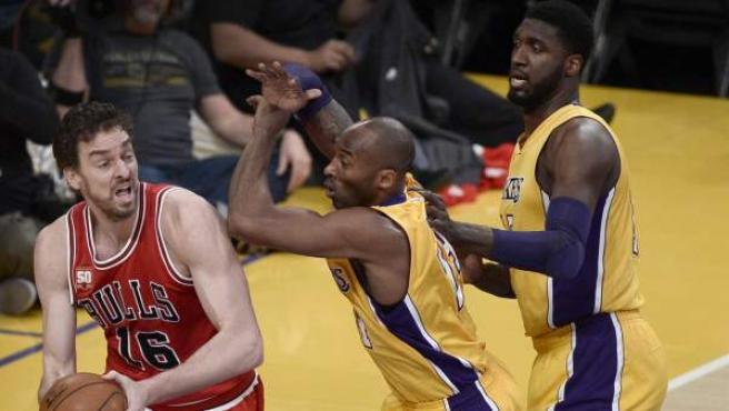 Pau Gasol (i) ante Kobe Bryant (c) y Roy Hibbert (d) en el duelo de los Bulls ante los Lakers.