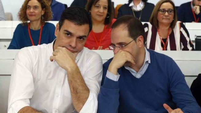 El secretario general del PSOE, Pedro Sánchez (izquierda) y el secretario de Organización, César Luena, durante la reunión del Comité Federal en Madrid.