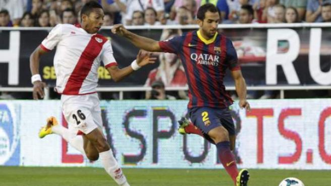 Martín Montoya, del Barça, trata de centrar un balón ante la oposición de Mojica, del Rayo.