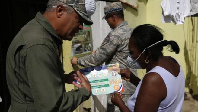 El virus Zika está afectando a varios países latinoamericanos. Aunque no es mortal, sí que produce malformaciones en los fetos en caso de que las futuras madres lo contraigan. En la imagen, una mujer es informada en República Dominicana.