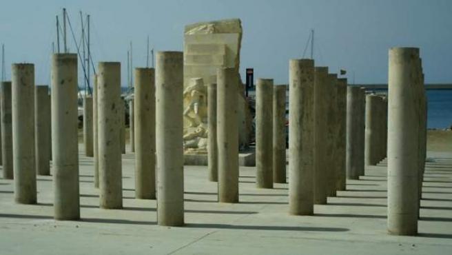 Una veintena de columnas de las 142 que forman el monumento a las víctimas del holocausto nazi de Mauthausen en Almería han aparecido con pintadas de palabras en árabe.
