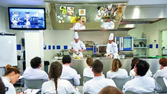 Alumnos de la Escuela de Cocina y Pastelería Le Cordon Bleu (Madrid), durante una clase magistral.
