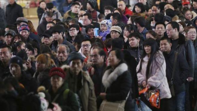 Pasajeros esperan para coger el tren y viajar a sus pueblos de origen para celebrar el Nuevo Año Lunar en Shenyang (China).