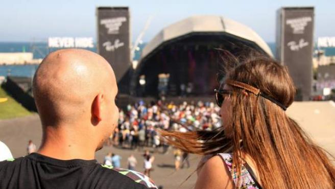 Dos jóvenes en uno de los primeros conciertos del Primavera Sound de este año.