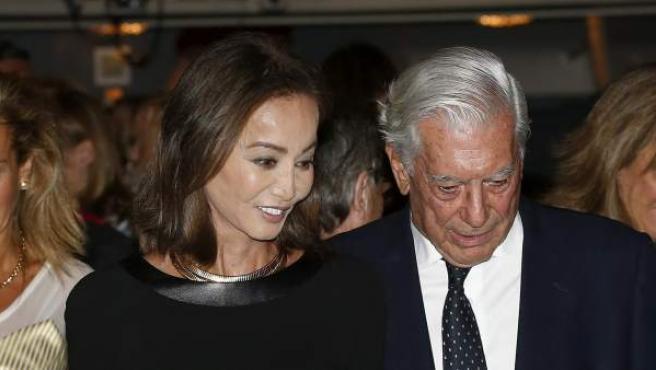 El escritor Mario Vargas Llosa y su pareja, Isabel Preysler, asisten a la inauguración de la temporada en el Teatro Real.