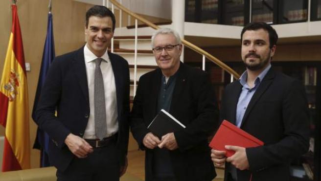 El líder del PSOE y candidato a la Presidencia del Gobierno, Pedro Sánchez (i), durante la reunión que ha mantenido con los diputados de Izquierda Unida, Cayo Lara (c) y Alberto Garzón, en el Congreso de los Diputados.