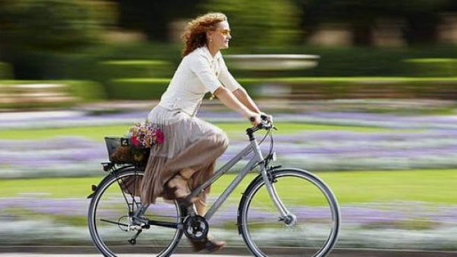 Una mujer circula en bicicleta.