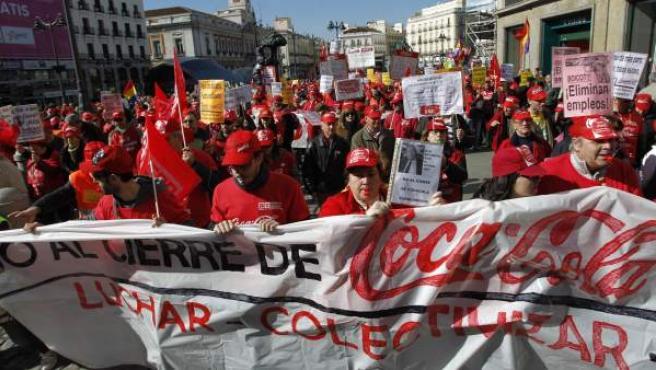Los trabajadores afectados por Coca-Cola, en una protesta contra los despidos.