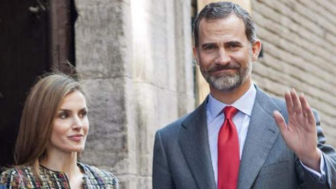 """Los Reyes de España saludan antes de presidir la inauguración de la exposición """"Fernando II de Aragón: El Rey que imaginó España y la abrió a Europa"""", en el Palacio de la Aljafería, en Zarazoga."""