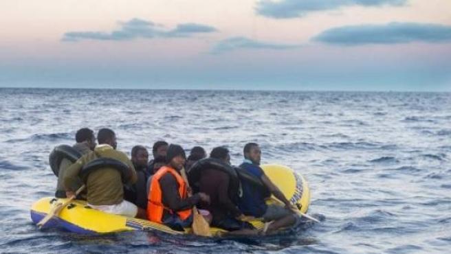 Inmigrantes se acercan en una patera a la costa gaditana, en una imagen de archivo.