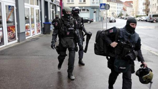 Varios policías alemanes tras un registro en Hannover.