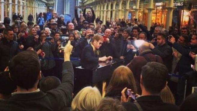 Elton John sorprende a los viajeros de una estación de Londres tocando el piano.