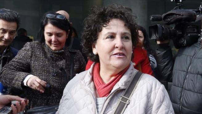 La sevillana María Salmerón rodeada por los periodistas antes de conceder una rueda de prensa.