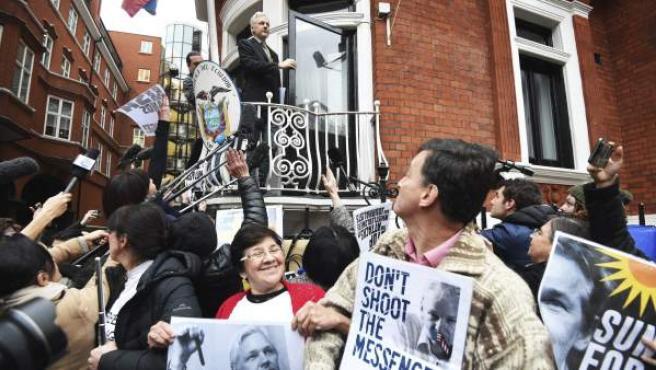 El fundador del portal WikiLeaks, Julian Assange (c), da una rueda de prensa desde el balcón de la embajada de Ecuador en Londres, Reino Unido.