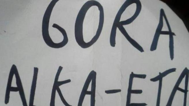 Cartel de 'Gora Alka-ETA' exhibido en una representación infantil.