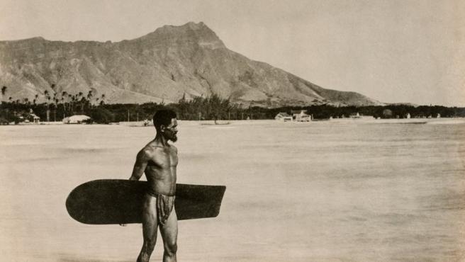 Un surfista nativo de Hawái retratado en Waikiki en torno a 1890