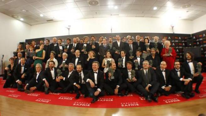 Todos los premiados en la 30 edición de los Goya posan con sus 'cabezones' en la clásica instantánea de familia.