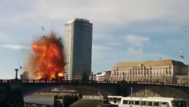 Imagen de la explosión de un autobús de dos pisos en Londres durante el rodaje de una película de Jackie Chan.