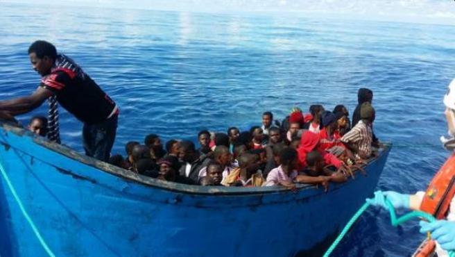 Imagen difundida por Salvamento Marítimo de una patera rescatada frente a las costas de Gran Canaria.