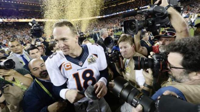 El jugador de los Denver Broncos Peyton Manning celebra la victoria en la 50 Super Bowl ante los Carolina Panthers.
