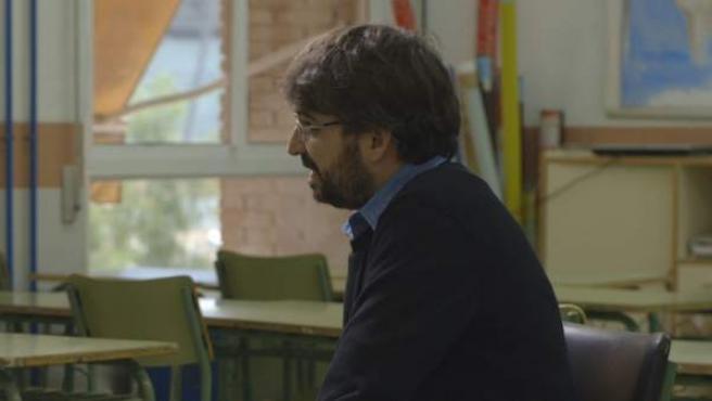 Jordi Évole, junto a una de las personas que dio su testimonio en 'Salvados: El machismo mata'.