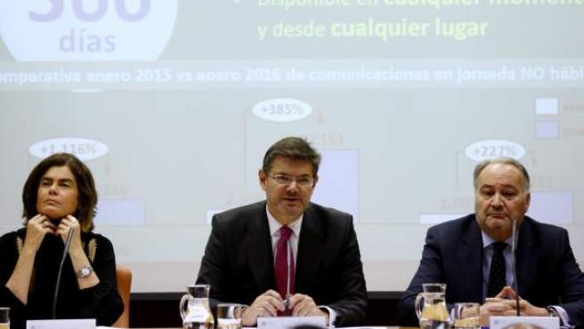 El ministro de Justicia en funciones, Rafael Catalá (c), junto a la secretaria de Estado, Carmen Sánchez Cortés, y el presidente del Consejo Ceneral de Procuradores de España, Juan Carlos Estévez, durante la rueda de prensa.