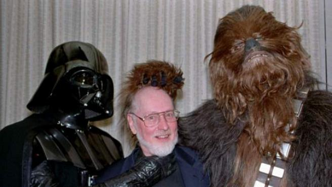 El compositor John Williams entre Darth Vader y Chewbacca.