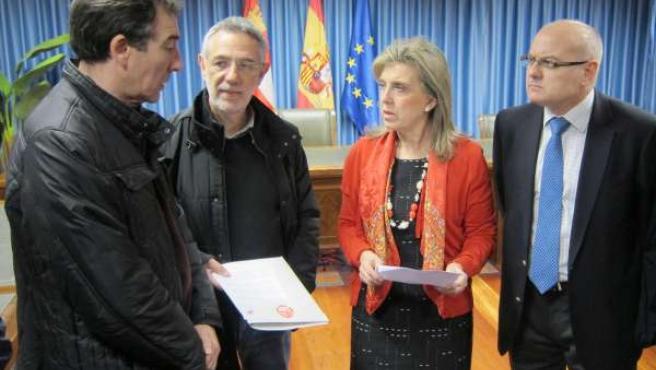 María José Salgueiro recibe el manifiesto de manos de Prieto y Hernández