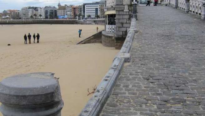 El mar ha arrancado la barandilla de La Concha en San Sebastián.