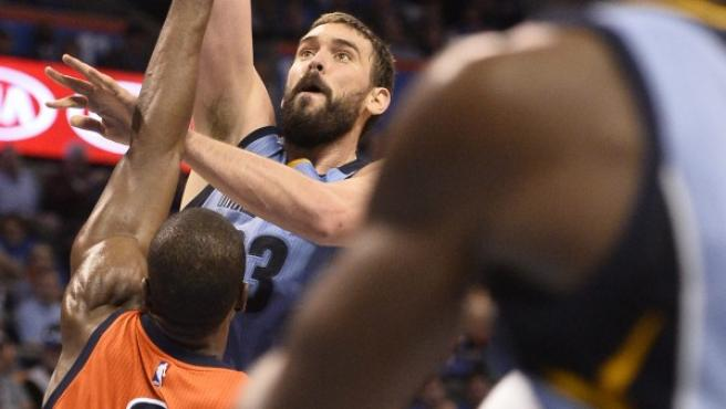 Marc Gasol (c) de Memphis Grizzlies disputa el balón con Serge Ibaka (i) de Oklahoma City Thunder.
