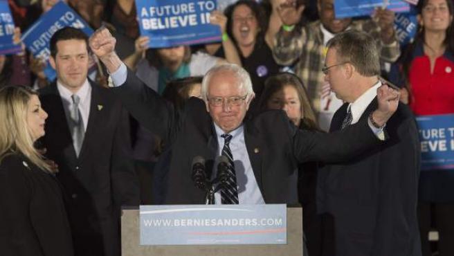 El precandidato presidencial demócrata Bernie Sanders pronuncia su discurso de victoria el 9 de febrero de 2016, en un colegio de Concord, Nuevo Hampshire (EE UU).