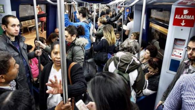 Interior de un vagón de Metro de Madrid.