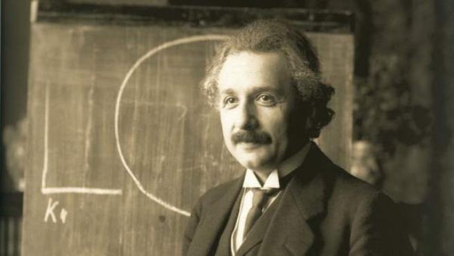 El físico Albert Einstein durante una clase sobre la Teoría de la relatividad, impartida en Viena en 1921.
